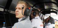 Kevin Magnussen en el pit wall de McLaren