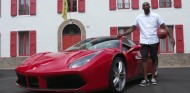 Kobe Bryant posa junto a un Ferrari 488 en Maranello - SoyMotor.com