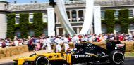 Kubica, durante el festival de Goodwood con Renault - SoyMotor.com