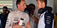 Robert Kubica conversa con Sergey Sirotkin en el Circuit - SoyMotor