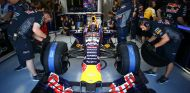 Daniil Kvyat con el RB11 en el box de Red Bull en Montreal - LaF1