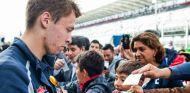 Kvyat, atendiendo a varios fans en México - LaF1