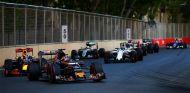La fotografía divulgada por Kvyat, con Verstappen a su estela - LaF1
