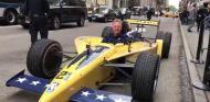 Un IndyCar se va de paseo por las calles de Nueva York, cortesía NBA - SoyMotor