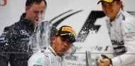 Lewis Hamilton y Nico Rosberg en el podio de China - LaF1