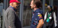 Niki Lauda (izq.) habla con Christian Horner (der.) –SoyMotor.com