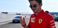 Leclerc lleva la presión mejor que Vettel, según Vasseur - SoyMotor.com