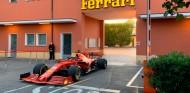 Leclerc se pasea por Maranello con el SF1000 antes del test en Fiorano - SoyMotor.com