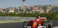 Charles Leclerc durante el test en Hungría - SoyMotor.com
