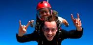 Leclerc no pidió permiso a Ferrari para saltar en paracaídas - SoyMotor.com