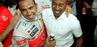Lewis pagó 3'6 millones de euros a su padre