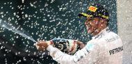 Lewis Hamilton celebrando su triunfo en Shanghai - LaF1.es