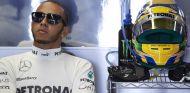 Lewis Hamilton en el box de Mercedes AMG