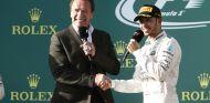 Lewis Hamilton con Arnold Schwarzenegger en el podio de Australia - LaF1.es