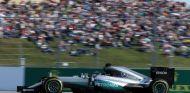 Lewis Hamilton está molesto con los comisarios de la FIA - LaF1