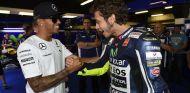 Hamilton se ha dejado ver por el paddock de las carrera de MotoGP en más de una ocasión - LaF1