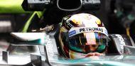 Lewis Hamilton subido al W06 en el box de Mercedes - LaF1.es