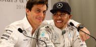 Toto Wolff y Hamilton en un acto de Mercedes - LaF1.es