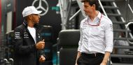 Lewis Hamilton y Toto Wolff en Red Bull Ring - SoyMotor.com
