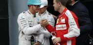 Lewis Hamilton saluda a Sebastian Vettel en Sepang - LaF1.es