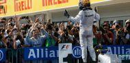 Lewis Hamilton festeja su victoria en el parc fermé de Hungría