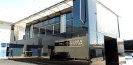 Lotus ya tiene instalada la infraestructura en el paddock de Jerez, sólo falta el E23 - LaF1