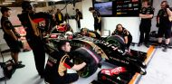 Pastor Maldonado en el box de Lotus en China - LaF1