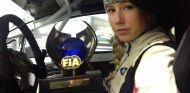 Louise Cook con su trofeo FIA - SoyMotor.com
