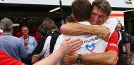 Graeme Lowdon abraza a Jules Bianchi en Mónaco 2014 - LaF1