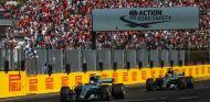 Bottas y Hamilton durante el Gran Premio de Hungría 2017 - SoyMotor.com