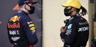 Hamilton y Verstappen comparten impresiones en Abu Dabi - SoyMotor.com