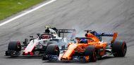 Kevin Magnussen y Fernando Alonso en Monza - SoyMotor.com