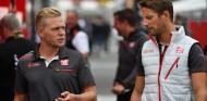 Kevin Magnussen (izq.) y Romain Grosjean (der.) – SoyMotor.com