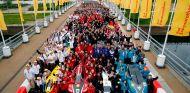 Todos los participantes y coches posan en el circuito de la Shell Eco-Maraton - SoyMotor