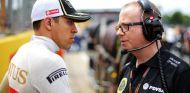 Pastor Maldonado y Mark Slade, su ingeniero de carrera, hablando en la parrilla de Silverstone - LaF1