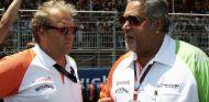 Bob Fernley (izq.) con Vijay Mallya (der.) en 2010 – SoyMotor.com