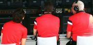 Roberto Merhi, Graeme Lowdon y John Booth en el pit wall de Manor - LaF1