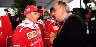 Sergio Marchionne (der.) habla con Kimi Räikkönen (izq.) - SoyMotor.com