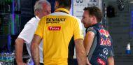 Helmut Marko charlando con Cyril Abiteboul y Christian Horner en Sepang - LaF1.es