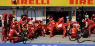Los mecánicos ensayan un pit stop con Felipe Massa
