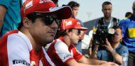 Felipe Massa firmando autógrafos junto a Fernando Alonso - LaF1