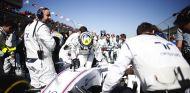 Felipe Massa subiéndose al Williams en la parrilla del GP de Australia - LaF1