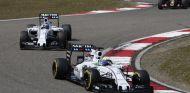 Felipe Massa rodando por delante de Valtteri Bottas en Shanghái - LaF1