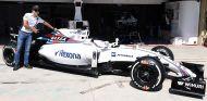 Felipe Massa con el coche que utilizó en Brasil 2016 - SoyMotor