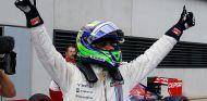 Felipe Massa festeja la Pole Position en el parc fermé - LaF1