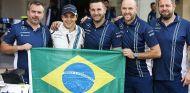 Massa con varios componentes del equipo Williams - LaF1