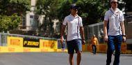 Felipe Massa (izq.) camina con Rob Smedley (der.) por las calles de Bakú – SoyMotor.com