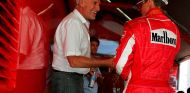 Dietrich Mateschitz y Michael Schumacher en el motorhome de Ferrari en Hungría - SoyMotor.com