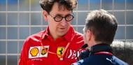 Mattia Binotto conversa con Christian Horner en el GP de Baréin - SoyMotor