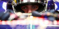Max Verstappen subido al STR10 de Toro Rosso - LaF1.es